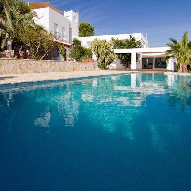 Vista terraza exterior y piscina